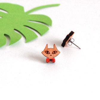 boucle d'oreille pour oreilles percées en bois et attaches fixations en titane métal anti-allergènes hypoallergénique, bijoux en bois puce réalisée à la main en France, en forme de chat avec nœud papillon rétro