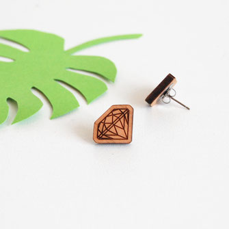 boucle d'oreille pour oreilles percées en bois et attaches fixations en titane métal anti-allergènes hypoallergénique, bijoux en bois puce réalisée à la main en France, en forme de diamant
