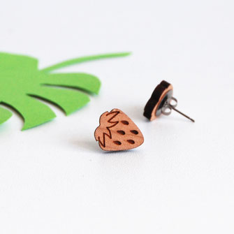 boucle d'oreille pour oreilles percées en bois et attaches fixations en titane métal anti-allergènes hypoallergénique, bijoux en bois puce réalisée à la main en France, en forme de fruit fraises