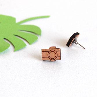 boucle d'oreille pour oreilles percées en bois et attaches fixations en titane métal anti-allergènes hypoallergénique, bijoux en bois puce réalisée à la main en France, en forme de appareil photo rétro
