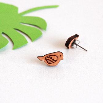 boucle d'oreille pour oreilles percées en bois et attaches fixations en titane métal anti-allergènes hypoallergénique, bijoux en bois puce réalisée à la main en France, en forme d'oiseau bird
