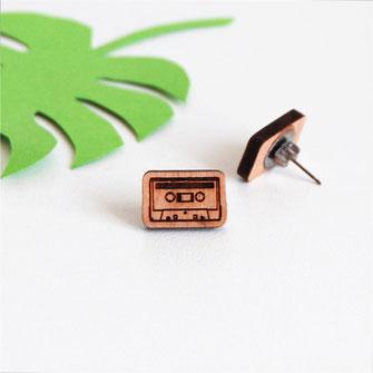 boucle d'oreille pour oreilles percées en bois et attaches fixations en titane métal anti-allergènes hypoallergénique, bijoux en bois puce réalisée à la main en France, en forme de cassette audio rétro