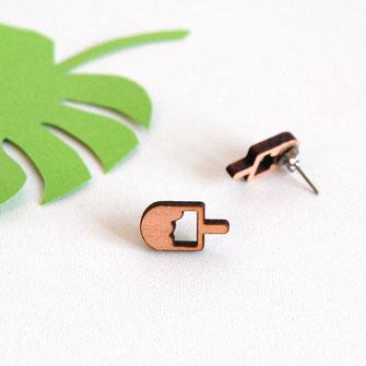 boucle d'oreille pour oreilles percées en bois et attaches fixations en titane métal anti-allergènes hypoallergénique, bijoux en bois puce réalisée à la main en France, en forme de bâtonnet d'esquimaux, glace avec bâton