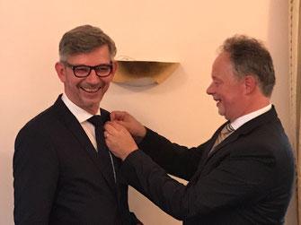 T. Lütgert (re.) übergibt die Clubnadel an S. Kipp