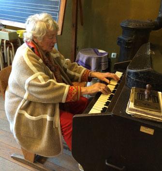 Museumsbesucherin beim Harmoniumspiel
