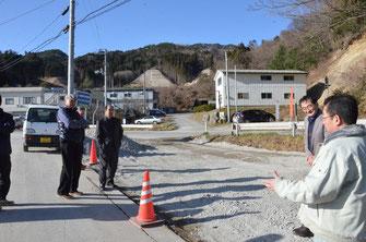 整地済みの現場にて施行状況を確認する伊藤正美社長(右)