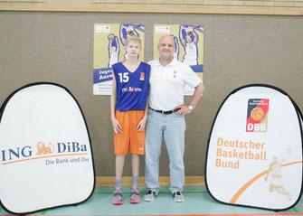 Jannis Sonnefeld (BSG Bremerhaven) mit Bundestrainer Kay Blümel (Foto DBB)