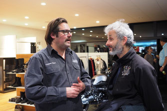 Geschäftsführer Christian Ebert im Gespräch mit Kunden