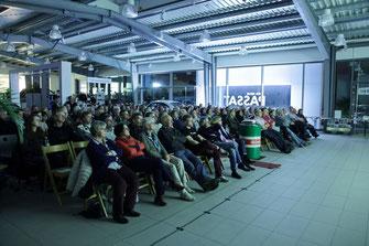 Ein interessiertes Publikum im Blaufelder Autohaus Rappold