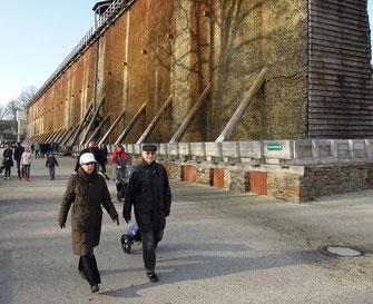 Spaziergang am Neuen Gradierwerk von Bad Rothenfelde, einem der größten Europas. Foto: Christoph Schumann, 2020