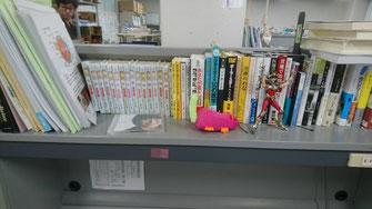 平島先生の机「聖闘士星矢」に限らずビジネス書、新書、映画など色々な本が置いてありました。