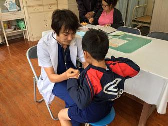 学校検診中の平島先生
