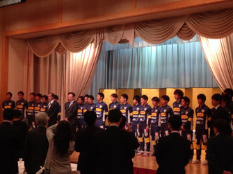 岡田オーナー、木村監督と選手たち