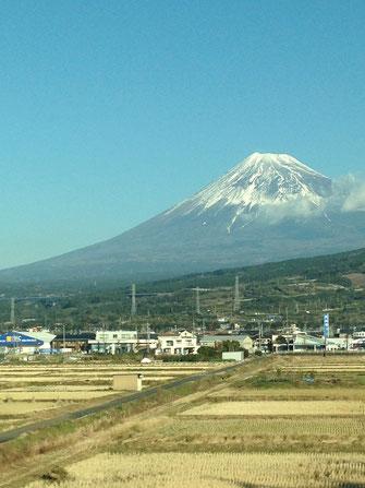 一月一日新幹線から撮った富士山。雪が少ない。