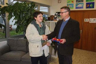 Andreas Les erhält von Schulleiter Heiko Bickel ein Buchgeschenk