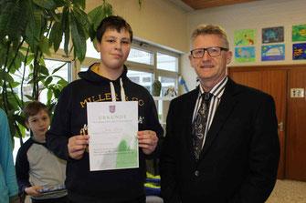 Jonas Böhm (8R2) bei der Urkundenübergabe zum Schulsieger in der 1. Runde des Mathematikwettbewerbes (Gruppe C)