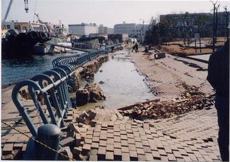 写真9 護岸のはらみ出しなど,埋立地では多くの護岸が損壊(撮影:遠藤)