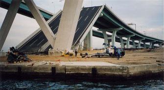 写真7 落下した高速道路(撮影:遠藤)