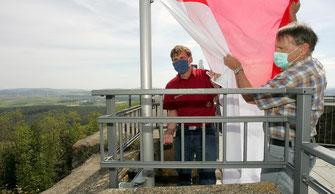 Rechtzeitig zu Christi Himmelfahrt hissen Matthias Schnücker vom Forstamt Wolfhagen und Heinrich Bachmann vom Förderverein die nach dem Sturmtief Sabine beschädigte neue Flagge. Die Wolfhager Raiffeisenbank hat die neue Hessenflagge gesponsert.