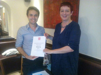 Matteo Dolce und Birgit Schmidl mit der neuen Satzung
