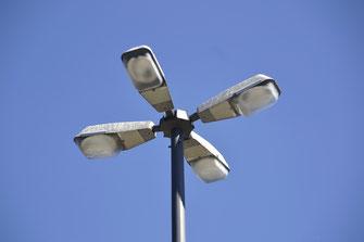 "Straßenbeleuchtung kann ""dunkle Räume"" beseitigen - Foto: Straßenbeleuchtung in Bayern, High Contrast, Wikimedia Commons"