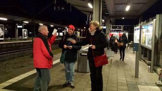 19.12.2014 - Gute Stimmung am frühen Morgen: bereits um 06:00 Uhr verteilte die Taufkirchner SPD den neuen Fahrplan.