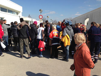 Mitten drin: Eine Helferin der Malteser verteilt Kleiderspenden - Foto: Malteser