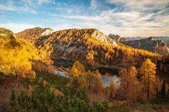 Blick auf den Steirersee in der Tauplitz im Herbst, Spiegelung und Reflektion im See mit den Herbstfarben