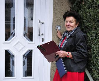 Sammlerin Anni Feihl aus Neumarkt engagiert sich seit 60 Jahren für die Caritas. Foto: Esser/Caritas
