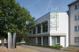 """Atelier- und Galeriehaus Defet mit Sebastian Kuhns 5,70 m hoher Installation """"Crossing the Rubicon"""", 2018 aus Stahl geschweißt, feuerverzinkt und einbrandlackiert. Foto: Annette Kradisch."""