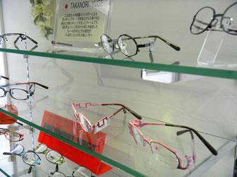 今回の取材中気になった「TAKANORI YUGE」のフレーム。バイカラーという表面と裏面にまったく違う配色を施し、角度によりメガネの見え方を変えることにより顔を立体的に見せてくれるフレームだそうで、次に買うならこれかな。