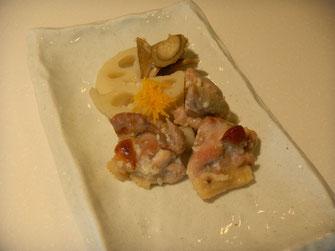 鶏肉と根菜の塩麹焼き。香り付けに柚子を添えて。