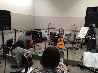 会場では全員がギターを持つとちょっと手狭でした・・・