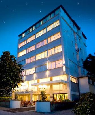 Das Hotel Ambra bei Nacht