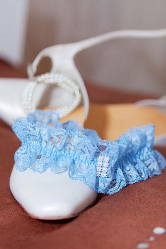 Strumpfband in Blau gehalten