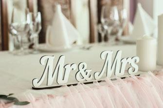 Hochzeitstafel mit Brautpaar