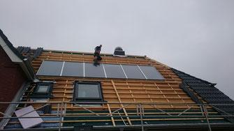 Die neue Solaranlage wird montiert