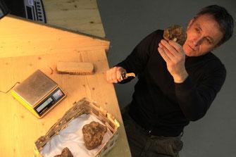 Geschäftsführer Stephan Burger prüft die Trüffel auf ihre Qualität
