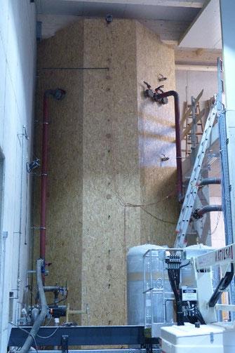 37.000 Liter Nahwärme-Pufferspeicher mit Einblasdämmung gedämmt.