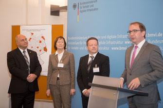 V.l.n.r.: Staatssekretär Rainer Bomba, Fachbereichsleiterin Karin Pfeiffer, Fachdienstleiter Tilo Wechselberger, Landrat Markus Bauer