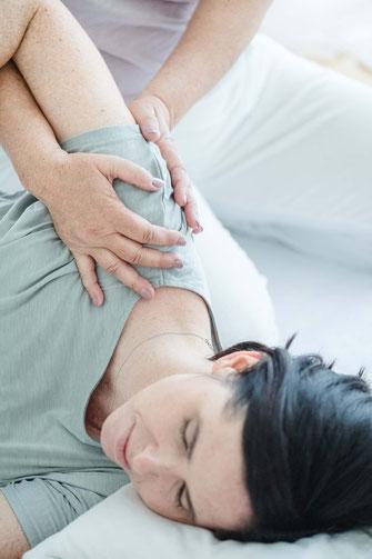 Shiatsubehandlung an der Schulter einer Frau