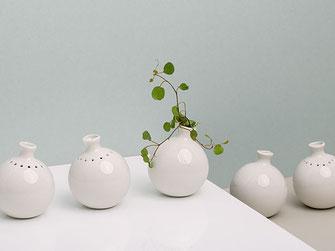 feinesweißes Katy Jung Berlin Porzellan Vase Minivase