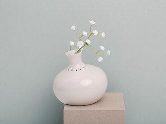 feinesweißes Katy Jung Berlin Porzellan Vase