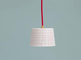 Lampe aus Porzellan mit roten Linien