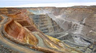 Sogar das beste Golderz aus großen Goldminen beinhaltet nur ein paar Gramm Gold pro Tonne