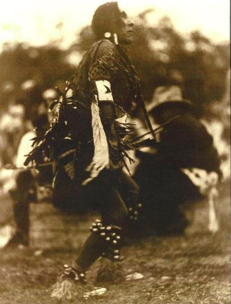 Häuptling Schidkröte der Schwarzfußindianer tanzt 1920 den Regentanz