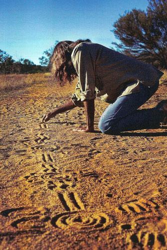 Symbole im Sand, die Elemente der Traumwelt darstellen. Alle sind erfüllt von verborgenen Zusammenhängen und tieferer Bedeutung
