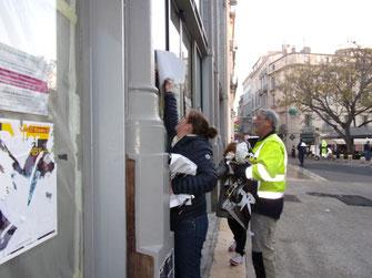 La Conseillère départementale Maud Bodkin experte en décollage d'affiches