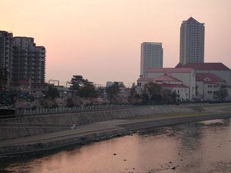 武庫川からのぞむ宝塚大劇場。