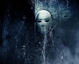 Totenmaske mit Spinnweben als Bild für einen Ghostwriter